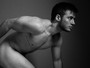 Modelo trans Paulo Vaz tira a roupa para ensaio sensual