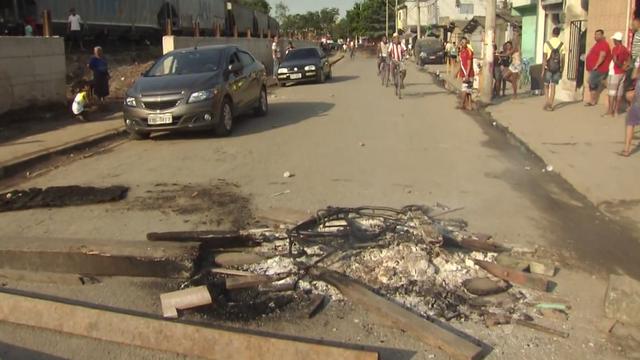 Moradores de Cubatão bloqueiam avenida em protesto (Foto: Reprodução/TV Tribuna)