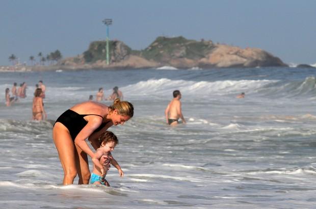 Leticia Birkheuer na praia (Foto: Wallace Barbosa/AgNews)