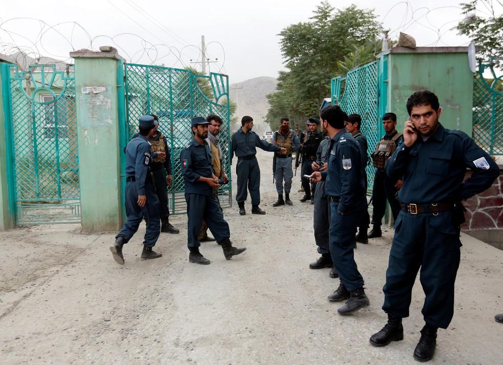 Forças de segurança patrulham área de ataque em Cabul  (Foto: REUTERS/Mohammad Ismail)