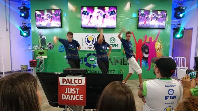 Três primeiros colocados dançam juntos (Foto: Gabriel Morelli/G1)