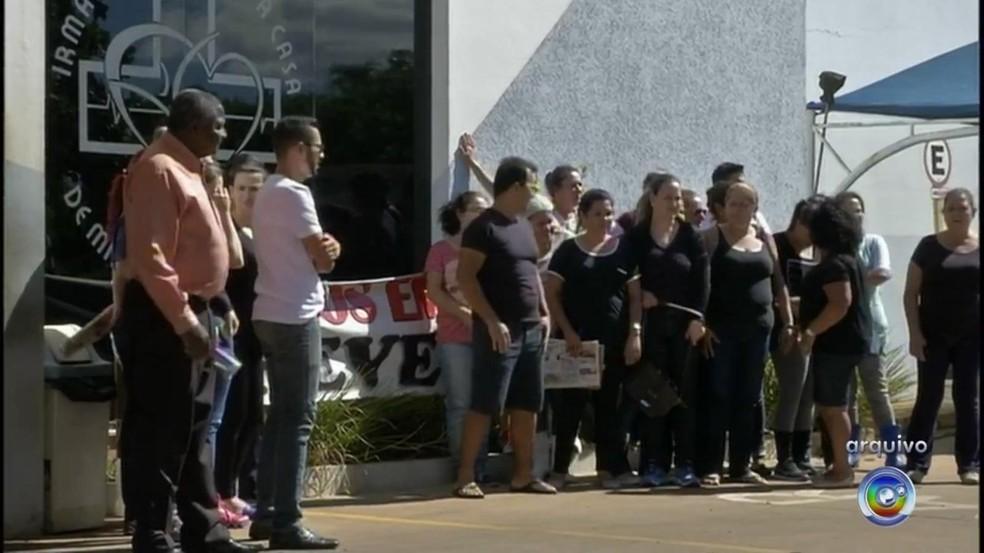 Funcionários da Santa Casa de Itaí reivindicam os pagamentos de salários que estão atrasados (Foto: Reprodução/TV TEM)