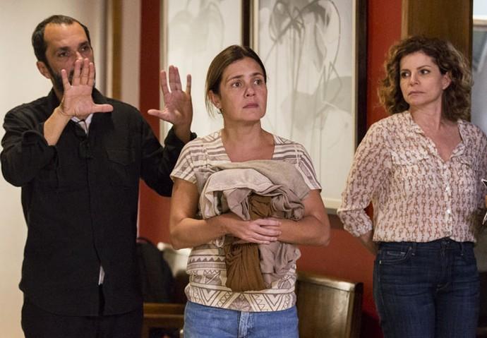 Adriana Esteves ensaia a cena com Débora Bloch e o diretor artístico José Luiz Villamarim (Foto: Ellen Soares/Gshow)