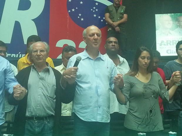José Roberto Arruda (PR), que teve candidatura ao GDF barrada pelo Tribunal Regional Eleitoral, rezando para que notícia sobre Campos fosse falsa (Foto: Raquel Morais/G1)