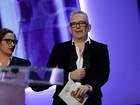 Sem as calças, Jean Paul Gaultier apresenta cerimônia de cueca branca