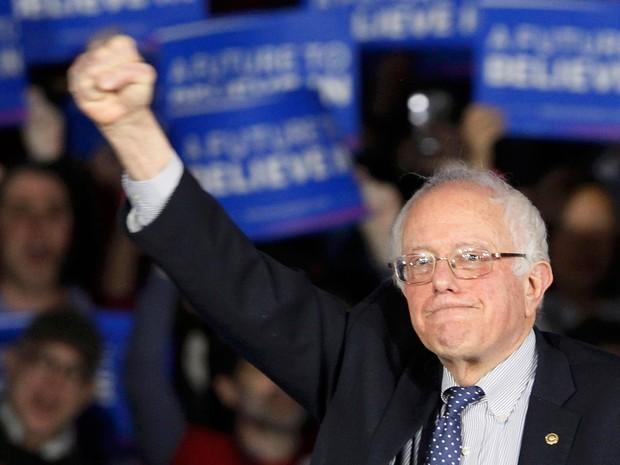 Bernie Sanders cumprimenta seus eleitores após o caucus democrata de Iowa, na noite de segunda (1º) (Foto: Reuters/Rick Wilking)