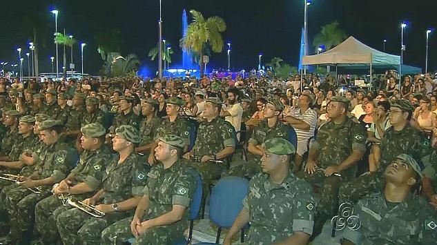 Na calçada da Ponta Negra o público ouve o música Arthur Moreira Lima, em Manaus (Foto: Bom Dia Amazônia)