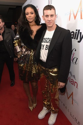 Rihanna e Jeremy Scott em evento em Los Angeles, nos Estados Unidos (Foto: Jason Kempin/ Getty Images/ AFP)