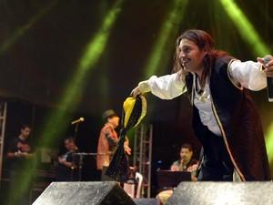 Ed Carlos se fantasiou na hora do show no Recife (Foto: Diego Moraes / G1)