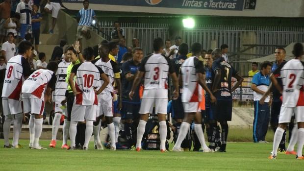 Partida entre CSA e Corinthians-AL teve muita confusão (Foto: Caio Lorena / Globoesporte.com)