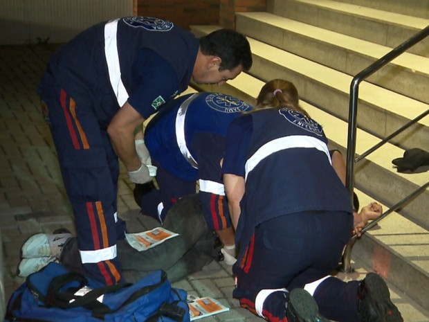 Suspeito foi atendido pelo Samu e depois levado a uma hospital de Curitiba (Foto: Reprodução RPC)