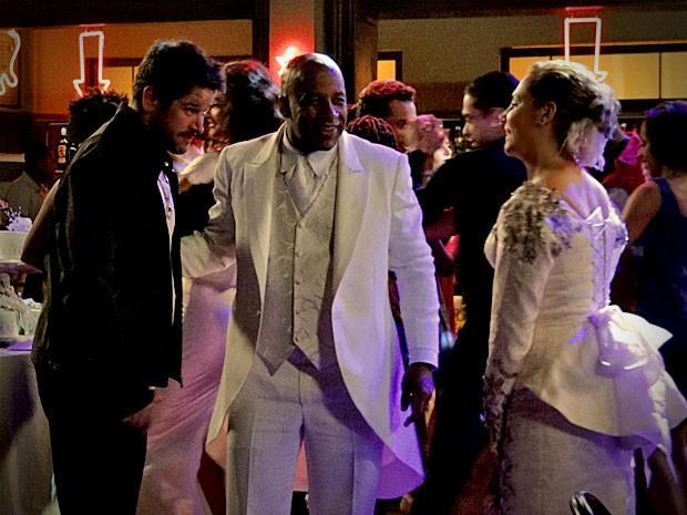 Silas consente que o jogador dance com sua mulher, mas depois não gosta muito da intimidade entre eles (Foto: Avenida Brasil / TV Globo)