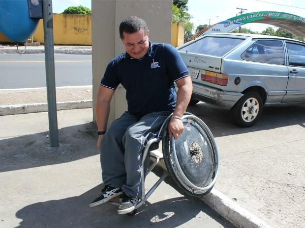 Falta de rampas em calçadas ainda é um problema (Foto: Girlene Medeiros/G1 AM)