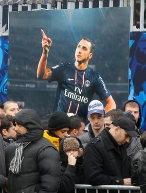 Fila ingressos torcida psg e barcelona (Foto: Agência AP)