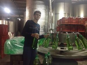 Na vinícola onde trabalha, Marcos brinca que está preso no engarrafamento (Foto: Arquivo Pessoal)