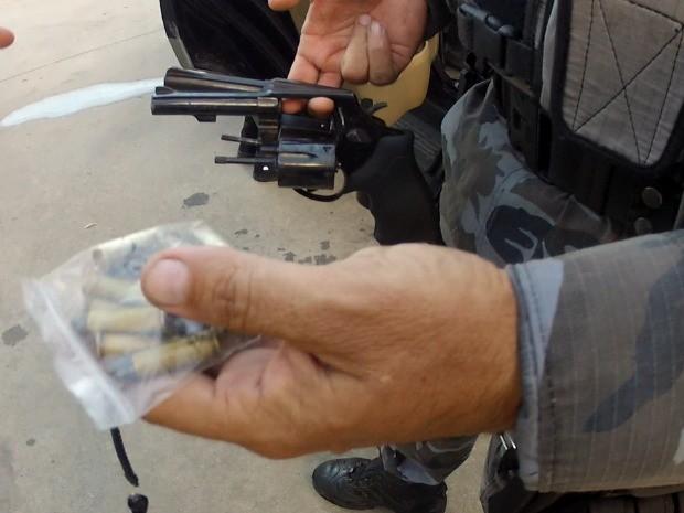 Policial recolheu as armas do vigilante baleado e do homem preso que tentava o assalto (Foto: TV Verdes Mares/Reprodução)