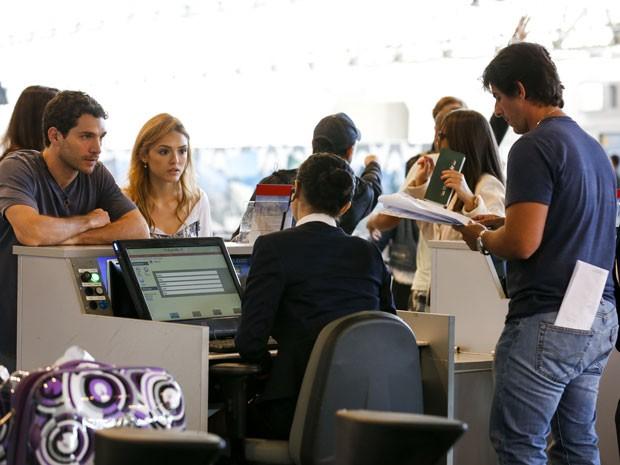 Dupla ensaia cenas tensas ao lado do diretor Adriano Melo (Foto: Ellen Soares/Gshow)