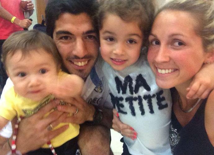 Luis Suárez recebe a visita da família (Foto: Reprodução/Twitter)