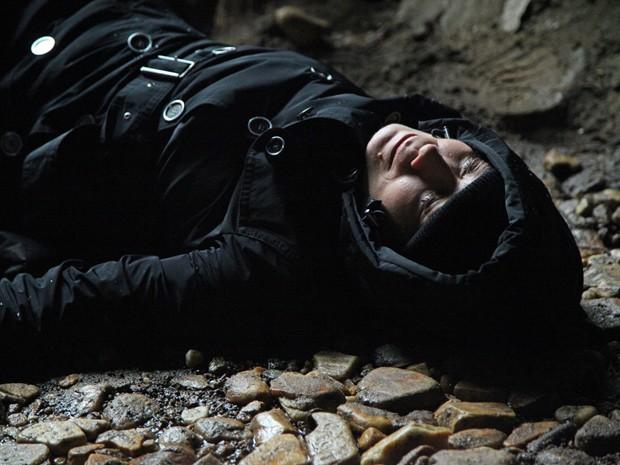 Ela desmaia quando percebe alguém ou algo se aproximar  (Foto: Carol Caminha/TV Globo)