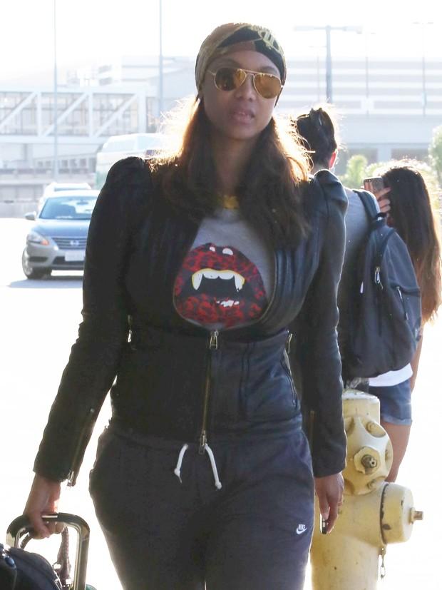 X17 - Tyra Banks em aeroporto de Los Angeles , nos Estados Unidos (Foto: X17online/ Agência)