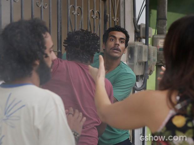 Jairo resolve entrar na casa pegando fogo pra salvar a filha (Foto: Fábio Rocha/TV Globo)