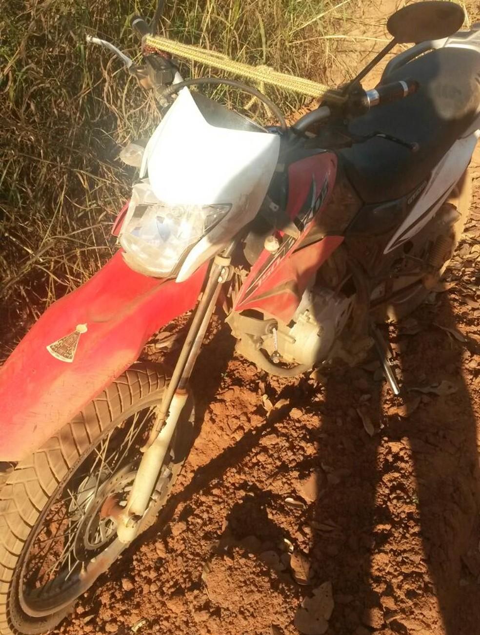 Homem morreu após batida entre motocicleta e carro (Foto: PM/Divulgação )