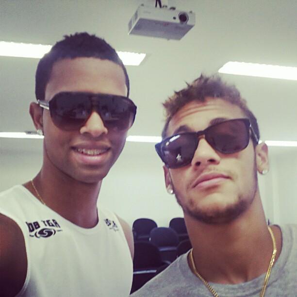 ceed3d033f402 De óculos escuros, revelação da base santista  tira onda  com Neymar ...