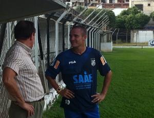 Após o treino Marinho conversou com Edvaldo Soares na beira do gramado (Foto: Diego Souza/Globoesporte.com)