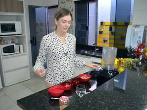 Tatiane grava vídeos preparando as receitas na cozinha de casa, Varginha (Foto: Régis Melo/G1)
