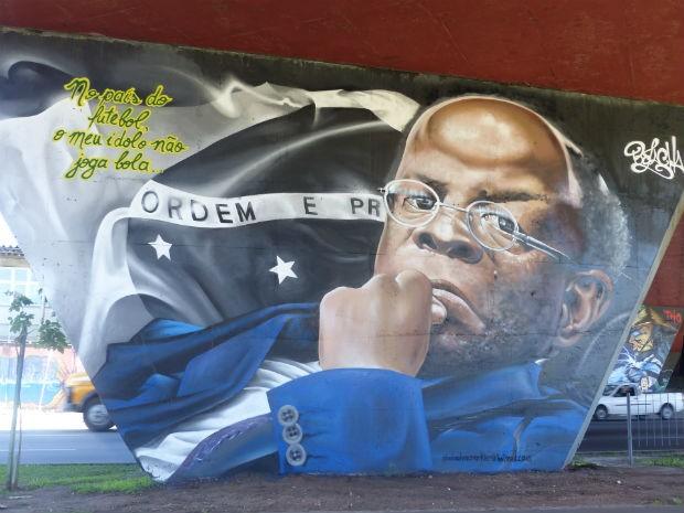 Obra em viaduto de Curitiba homenageia Joaquim Barbosa em Curitiba  (Foto: Adriana Justi / G1)