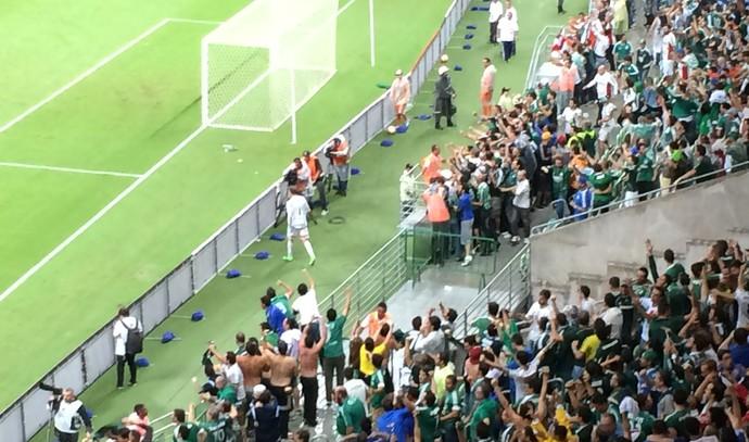 Pass comemora vitória do Palmeiras contra o Rosario Central com a torcida (Foto: Felipe Zito)