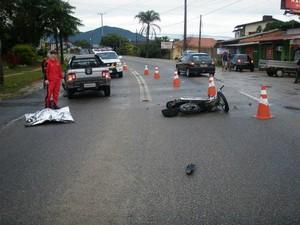 Motociclista morreu na SC-405, em Florianópolis (Foto: PMRv/Divulgação)