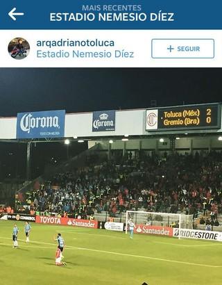 Placas de publicidade de cervejaria no estádio Nemésio Diez (Foto: reprodução / Instagram)