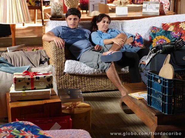 Juliano e Natália curtem o clima de bagunça da mudança (Foto: Flor do Caribe/TV Globo)