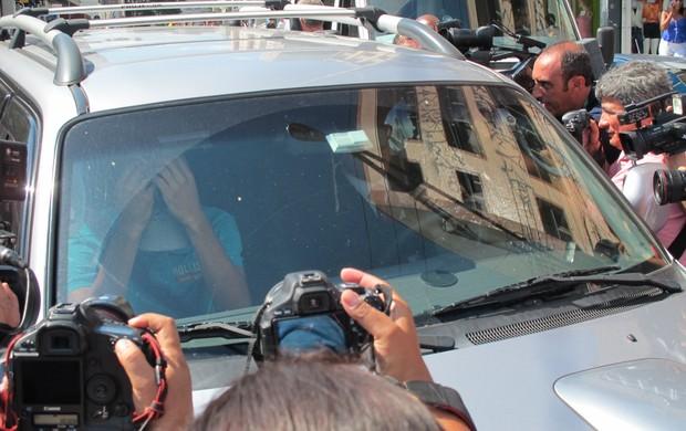 Menor chega acompanhado do advogado (Foto: Leandro Canônico / GLOBOESPORTE.COM)