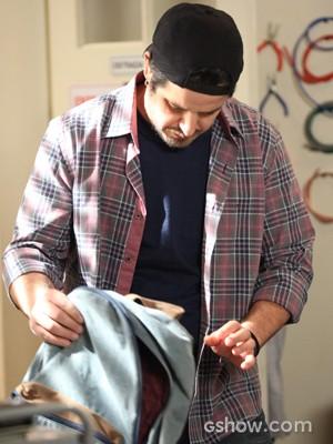 Malandro! Jonas tira HD roubado da mochila (Foto: Camila Camacho/TV Globo)