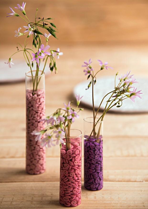 Minibotões em tubos de ensaio rendem vasinhos diferentes e delicados. Botões We Care About (Foto: Cacá Bratke / Editora Globo)