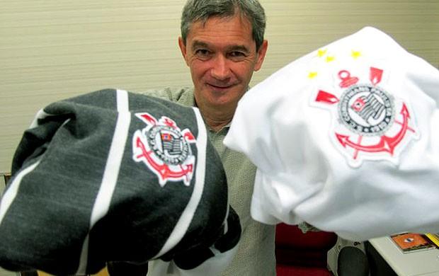 Serginho Groisman com camisas do Corinthians (Foto  Leandro Canônico    Globoesporte.com) 3bdee1c20806a