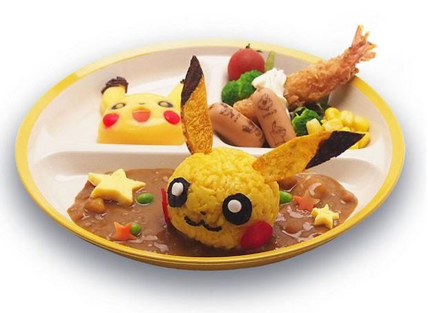 Prato do Pikachu Cafe, em Tóquio, para crianças tem um doce (ao fundo) com o rosto do simpático Pokémon (Foto: Divulgação/Pikachu Cafe)