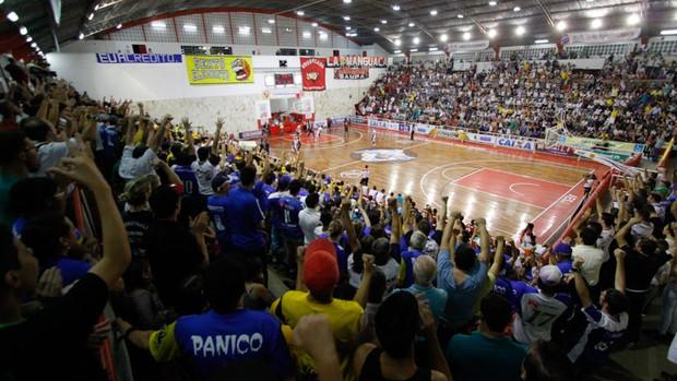 Torcida do São José Basquete faz festa no ginásio Lineu de Moura, o Caldeirão (Foto: Antônio Basílio/ PMSJC)