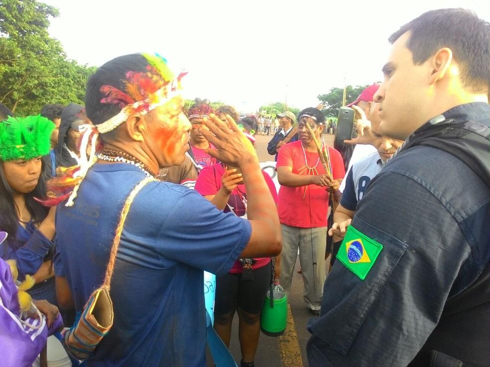 Manifestantes são de aldeias de Terra Roxa e Guaíra, no oeste do estado (Foto: Divulgação/PRF)