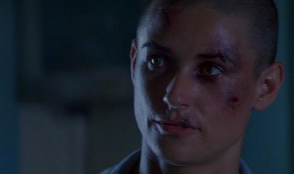 Demi Moore raspou o cabelo para viver a tenente O'Neill (Foto: Divulgação / Reprodução)