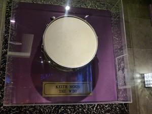 Parte da bateria de Keith Moon, da banda inglesa The Who, é um dos itens que decoram o espaço (Foto: Samuel Nunes/G1)