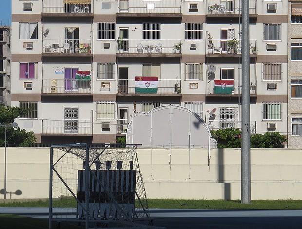 Bandeiras do Fluminense exibidas no predio ao lado do campo anexo do Engenhão onde treina o Botafogo  (Foto: Thales Soares / Globoesporte.com)