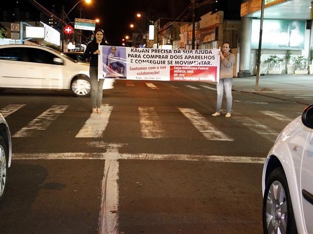 Familiares e amigos realizam o pedágio solidários nos semaforos da região central (Foto: Fabio Rodrigues/G1)