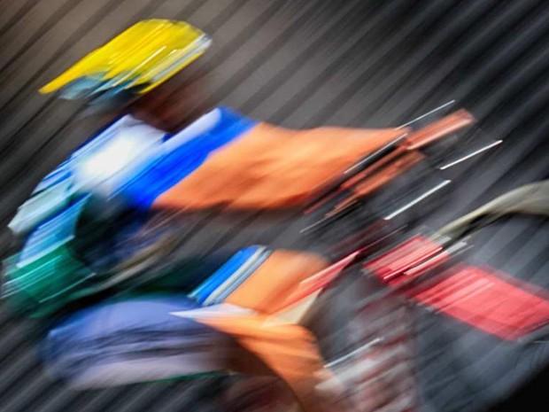 Imagem, de ciclista em ação em mostra no Conjunto Nacional que celebra o mês da fotografia, em Brasília (Foto: Rubens Rboucas/Divulgação)