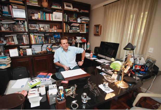O BAGUNCEIRO ARRUMADINHO No gabinete de trabalho que mantém em casa. Lá, ele guarda presentes de fãs, chapéus, sapatos carnavalescos e arquivos de fotos de campanha (Foto: Evandro Teixeira/ÉPOCA)