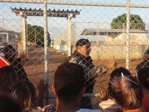 Confusão ocorreu neste domingo (16) durante o horário de visitas dos familiares dos presos (Foto: Valéria Oliveira/G1)