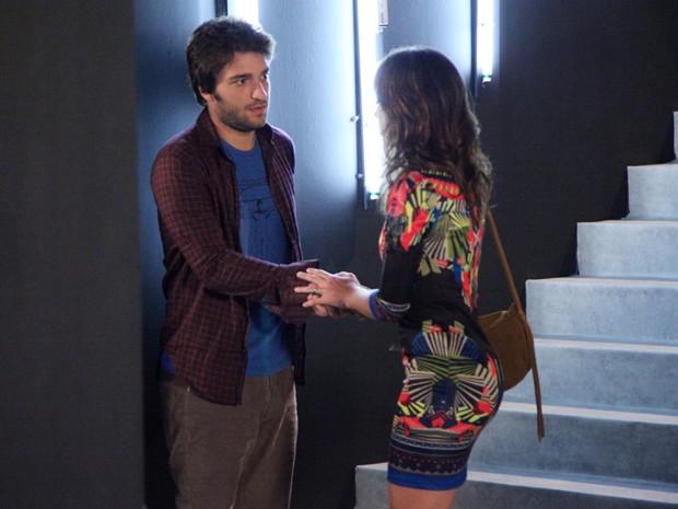 Que fofo! Davi se oferece para ajudar Manu (Foto: Carol Caminha/TV Globo)