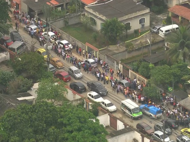 Centenas de pessoas aguardavam na fila (Foto: Reprodução/ TV Globo)